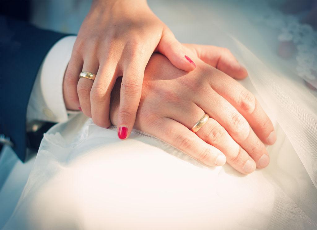 Zdjęcie rąk młodej pary, uczucie widoczne jak na dłoniach