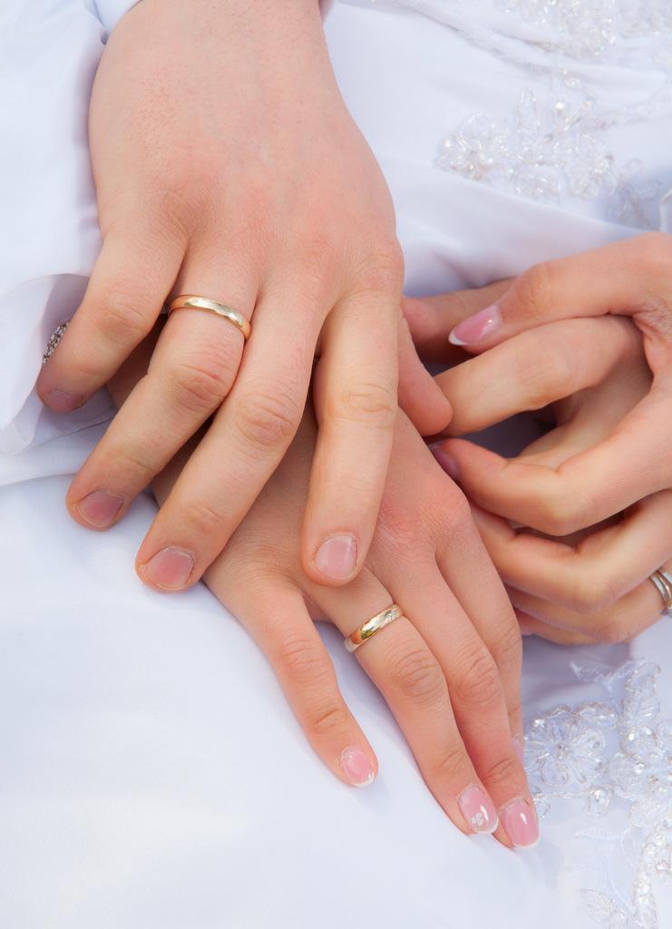Zdjcie rąk pary młodej, ślubna sesja zdjęciowa.